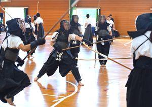 初戦に向け、最終調整に汗を流すなぎなたの佐賀県チームの選手たち=愛媛県松山市の新玉小体育館