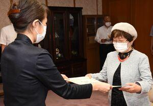杉内由美子本部長から表彰状を受け取った蒲原瑞子さん(右)=佐賀県警本部