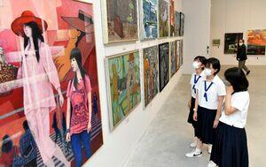 独創的な作品を鑑賞する高校生=佐賀市の県立美術館