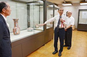 展示された作品について説明する久富桃太郎さん(中央)。右は田代正敏さん=有田町の九州陶磁文化館