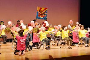 おたっしゃ倶楽部の利用者たちは「ヤングマン」を元気に踊った=伊万里市民センター