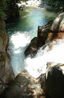 現在は五ケ山ダムの湖底に沈んだ「稚児落としの滝」(提供写真)