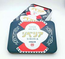 村岡総本舗の「シベリア缶」。大正ロマンを感じさせるデザインが人気を集めている