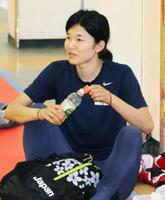 世界選手権に向けた練習を終え、リラックスするテコンドー女子57㌔級の濱田真由=韓国・茂朱(共同)