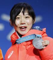 スピードスケート女子1500メートルの表彰式で銀メダルを手に笑顔の高木美帆=13日、韓国・平昌(共同)