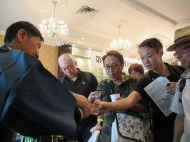 利き酒イベントで佐賀の地酒を味わう参加者=東京・神宮前の東郷記念館