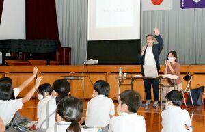 地元の特産のヒシやひしぼうろについて学ぶ出前授業=神埼市神埼町の神埼小