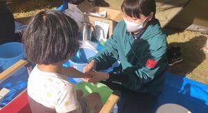 昨年11月の防災イベントで足湯を提供したメンバー(右)=武雄市のおもやいボランティアセンター(提供)
