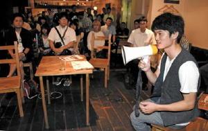 「人と人とのつながりを広めたい」と話す主催者の松本啓さん=佐賀市愛敬町のcafe。(カフェマル)