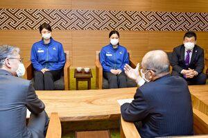 秀島敏行市長(手前右)からのエールを受ける戸江真奈選手(右)と岩坂名奈選手=佐賀市役所