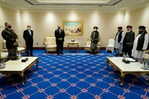 21日、カタール・ドーハで会談したポンペオ米国務長官(左から3人目)と反政府武装勢力タリバンのバラダル師(同4人目)ら(AP=共同)