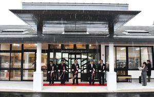 「波多津町コミュニティセンター」の落成式でテープカットをする塚部芳和市長(中央)ら=伊万里市