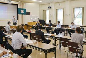 特別支援学校の就労支援などを議論した協議会=佐賀市の県教育センター