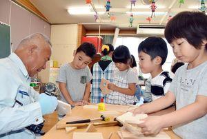 建築士と一緒になって巣箱を作る園児ら=白石町の福田保育園