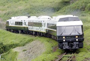 6月27日に筑肥線を走る特急「あそぼーい!」(JR九州提供)