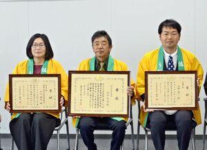県茶共進会で表彰された3人。(左から)山口孝子さん、田中繁昭さん、山﨑真一さん=佐賀市の県JA会館