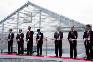 アルビータの工場開所式でテープカットする秀島市長(右から3人目)、松坂社長(右から4人目)=佐賀市高木瀬町