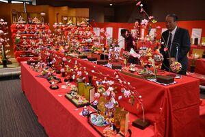 小城町会場のひな人形。文化連盟の会員たちが作った作品などが並ぶ=小城市のゆめぷらっと小城