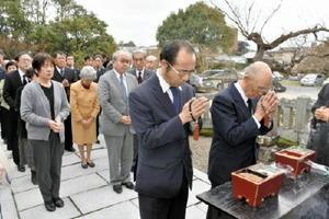 大隈侯の墓前で手を合わせる参拝者=佐賀市赤松町の龍泰寺