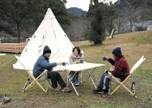 テントを張り、アウトドアプログラムを楽しむ滞在者=武雄市の武雄温泉保養村