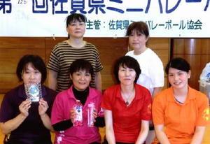 第126回県ミニバレーボール大会 一般女子の部優勝のNEXT(前列)とシニアの部優勝のステディの選手たち(後列)
