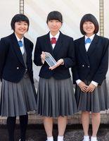 全国高校デザイン選手権で2位となった田中日菜さん(左)、瀬崎萌々花さん(中央)、津山早知香さん