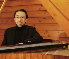 2台のピアノを弾き比べる上野真さん(提供写真)