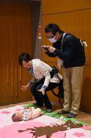 赤ちゃんを寝かせて撮影する「寝相アート」=佐賀市のメートプラザ佐賀