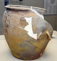 七曲窯跡から出土した取っ手(右中)が付いた甕。叩き成形で薄く作られている