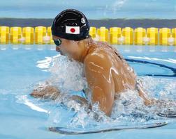 女子100メートル平泳ぎ予選 力泳する鈴木聡美=ジャカルタ(共同)