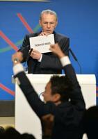 東京五輪・パラリンピックの開催決定を発表するIOCのジャック・ロゲ会長(当時)=2013年9月(共同)