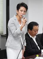 民進党の常任幹事会であいさつする蓮舫代表。右は野田幹事長=1日午後、東京・永田町の党本部