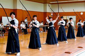 弓道女子団体予選 りりしい表情で的を狙う佐賀北B=佐賀市のSAGAサンライズパーク総合体育館弓道場