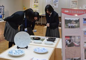 明治期の有田焼を復刻した作品など、生徒の多彩な作品が並ぶ有田工高卒業制作展=有田町の県立九州陶磁文化館