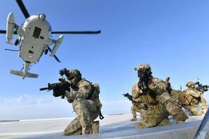 25日、島根県の竹島(韓国名・独島)で、防衛などを想定して訓練する韓国海軍の特殊部隊(韓国海軍提供・共同)