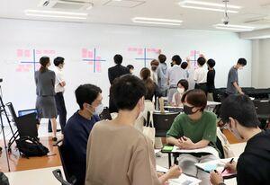 金融リテラシーについて学ぶ「金融経済教育講座」で、キャッシュレスのメリットやデメリットについて話し合う学生ら=佐賀市の佐賀大学