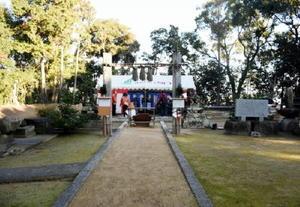 地鎮祭が行われた姫古曽神社。奥のテントの立つ場所に新社殿が再建される=鳥栖市姫方町