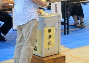 参院選で投票をする有権者=佐賀市の赤松小体育館