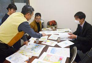 児童の絵を参考に図柄を話し合うプロジェクトデザイン部会のメンバー