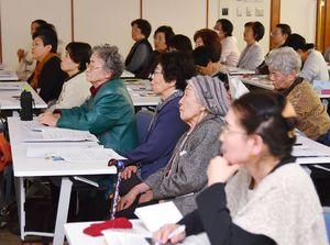郷土史研究家の末岡暁美さんの講演に耳を傾ける参加者=佐賀市の佐賀新聞社