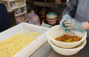 食材を調理する利用者=佐賀市大和町のルチア