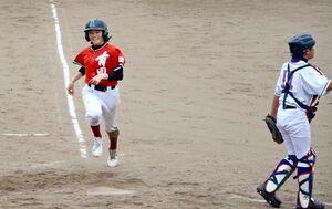 チームの初得点となるホームベースを踏む松尾和寛子主将=伊万里市の国見台野球場