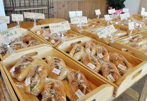 店内には約40種類のコッペパンが並ぶ=唐津市北波多のそらコッペ