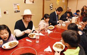 こども食堂のオープンを祝い、特別メニューのカレーを食べる参加者=みやき町原古賀の居食屋「風」