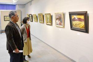 個性豊かな64点が並んだ伊万里美術協会の作品展=伊万里市民センター