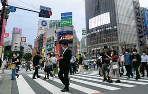 東京・渋谷をマスク姿で行き交う人たち=16日午後