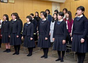スプリングコンサートに向け、ソレイユとの合同練習をする佐賀女子高合唱部=佐賀女子高校