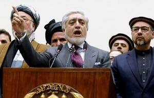 18日、アフガニスタンの首都カブールで新政権樹立を発表するアブドラ行政長官(共同)