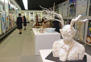2会場に展示された力作479点=佐賀市の県立博物館