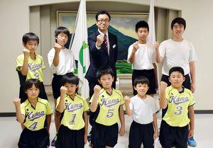 韓国で開かれるスポーツ交流を前に、嬉野市の村上市長(中央)を表敬訪問した合同チーム=同市役所